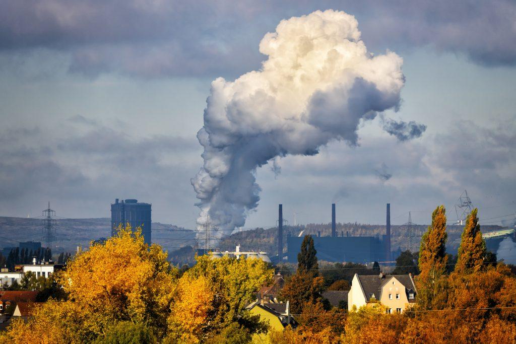 Ein kraftwerk stößt Schadstoffe aus