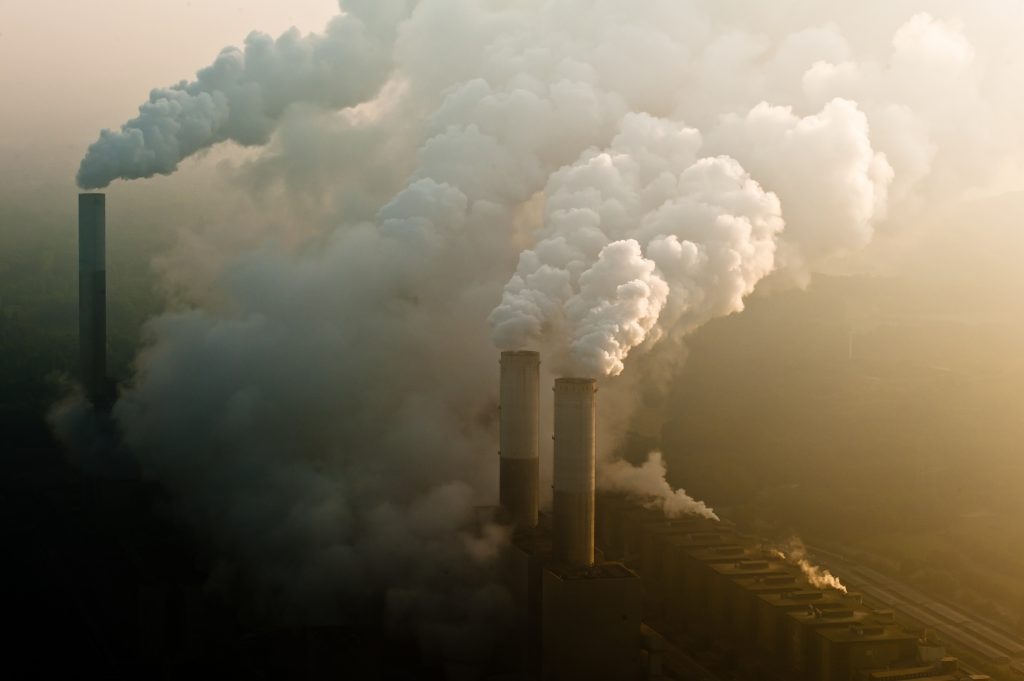 Rauchender Kamin eines Kohlekraftwerks